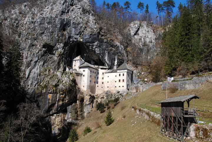 Kastil-Paling-Angker-Di-Dunia-04